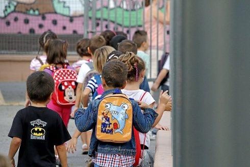 Niños camino de su centro escolar en Valencia.