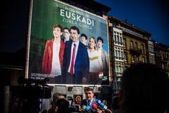 Esteban ante el cartel con los candidatos del PNV en Sabin Etxea.