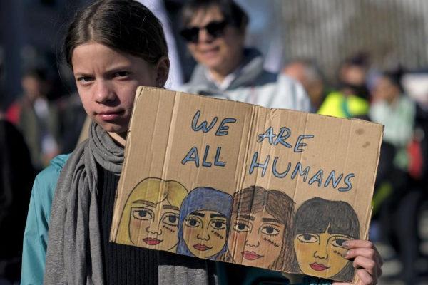 Una manifestante muestra un mensaje contra el racismo en Bruselas.