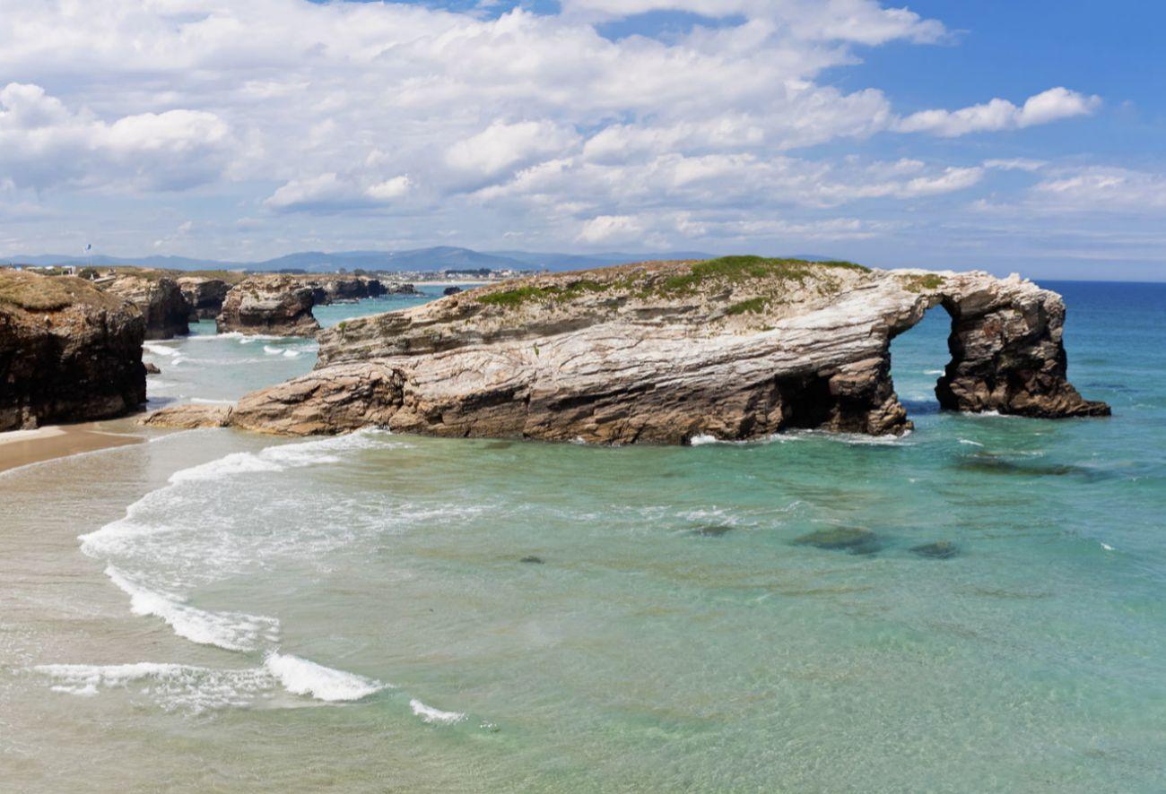 Nombre turístico (por la forma de sus rocas, que recuerdan a los...