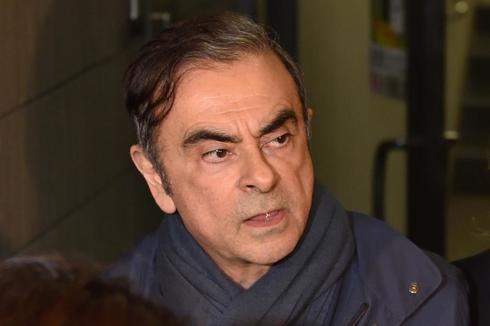 Carlos Ghosn, saliendo de la oficina de su abogado, Junichiro Hironaka.