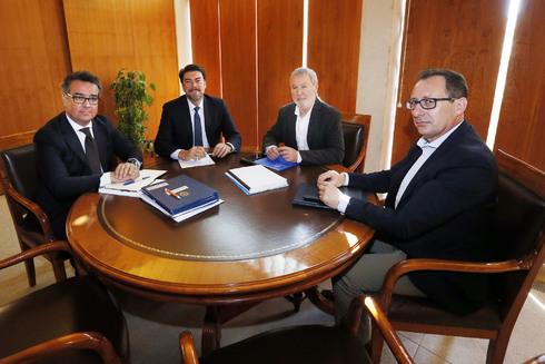 Barcala u Gisbert (en el centro), en la reunión que Ayuntamiento y Puerto mantuvieron este miércoles para abordar el tema.