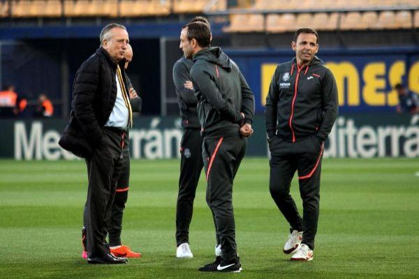 Fernando Roig conversa con los técnicos del Villarreal antes del inicio del partido ante el Barcelona, de LaLiga, el martes en el estadio de la Cerámica.