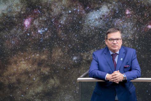 Barcons, ante una imagen del planetario Supernova que mantiene el ESO en Munich.