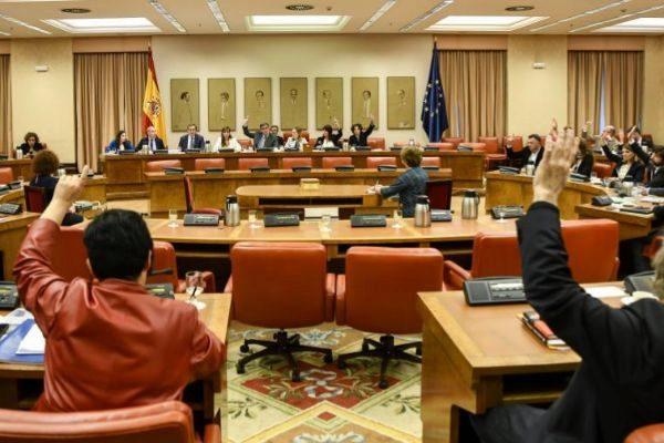 La Diputación Permanente del Congreso votando ayer los últimos decretos aprobados por el Gobierno.
