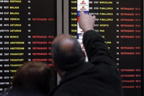 Panel de información en Barajas tras el cierre del espacio aéreo en 2010.