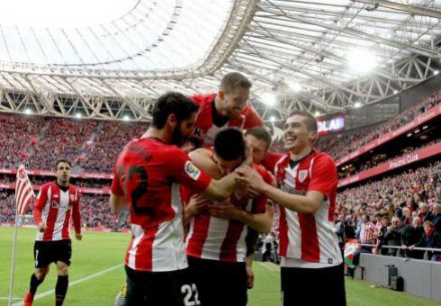 Los futbolistas del Athletic festejan el 1-0, obra de Yuri.