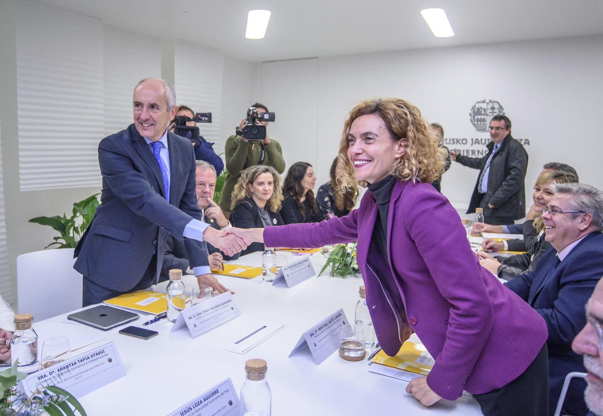 Josu Erkoreka y Meritxell Batet durante la última reunión de la Comisión Mixta de Transferencias celebrada en Bilbao.