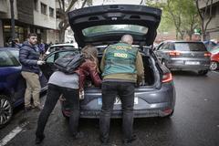 Agentes de la UCO guardan documentos incautados en la casa de José María Corbín.