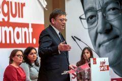 El presidente de la Generalitat, XimoPuig, junto a María Such y a los testimonioa que ayer tomaron la palabra.