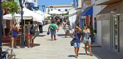 Turistas en una calle de Sant Francesc, en la isla de Formentera.