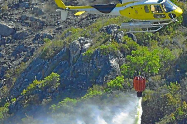 Un helicóptero del Ibanat deja caer agua sobre el incendio de Cala Torta el pasado 2013.