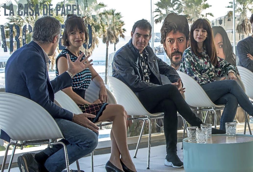 Álex Pina, entre la actriz Verónica Sánchez y la guionista Esther Martínez, en una presentación del pasado enero.