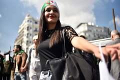 Una estudiante participa en una marcha contra el Gobierno en la capital, Argel.