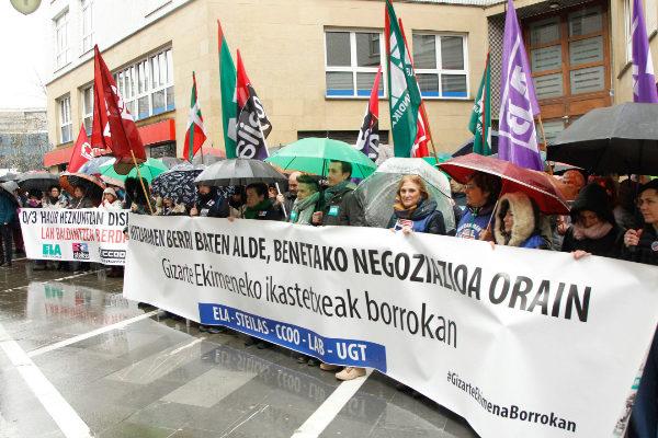 Trabajadores de la concertada durante una concentración.