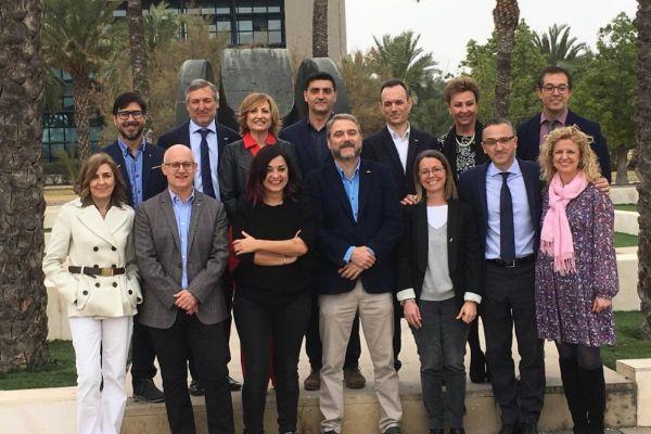 Foto de familia del nuevo rector y su equipo.