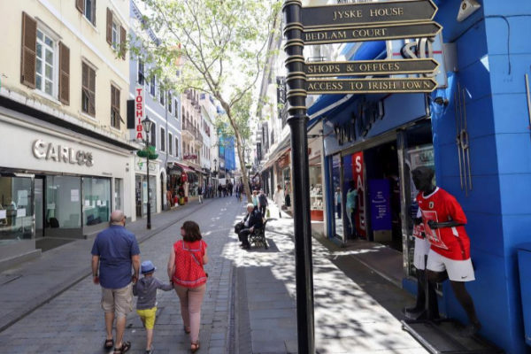 Unas personas pasean por la calle Main Street en <HIT>Gibraltar</HIT>. ,