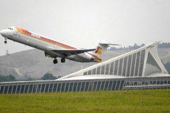 Un avión despega del aeropuerto de Loiu.