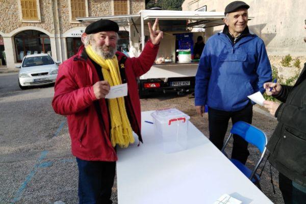 Un votante en la consulta sobre monarquía o república en Valldemossa.