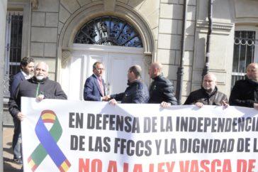 Alonso y Sémper saludan a representantes policiales en el exterior del Parlamento.