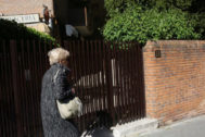 Una mujer camina junto al edificio donde ocurrió el suceso.