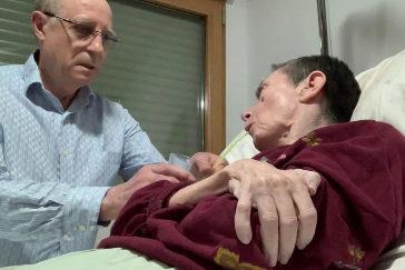 Ángel Hernánde ayuda a su mujer María José Carrasco.