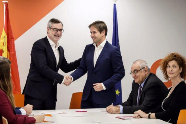 José Manuel Villegas y Cristiano Brown se dan la mano tras el acuerdo.