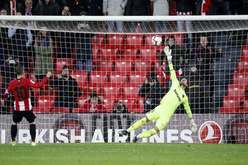 Muniain lanza el penalti que dio la victoria al Athletic frente al Levante.