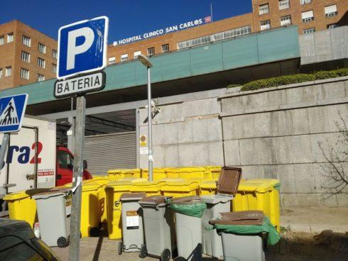 Contenedores de basura en el Hospital Clínico en Madrid