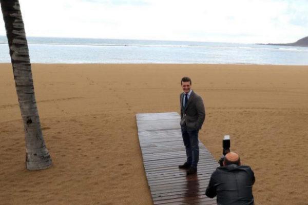 Pablo Casado posa en la playa de Las Canteras (Gran Canaria).