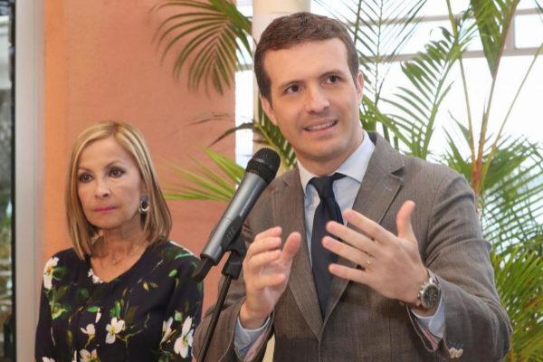 Pablo Casado, junto a la secretaria general del PP en Canarias, Australia Navarro.
