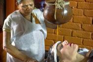 Una sesión del masaje Sirodhara en el Somatheeram Resort de Kerala, el primer complejo de ayurveda del mundo.