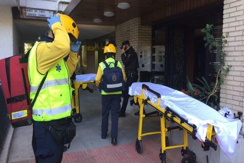 Miembros del Samur se preparan para atender a los heridos.