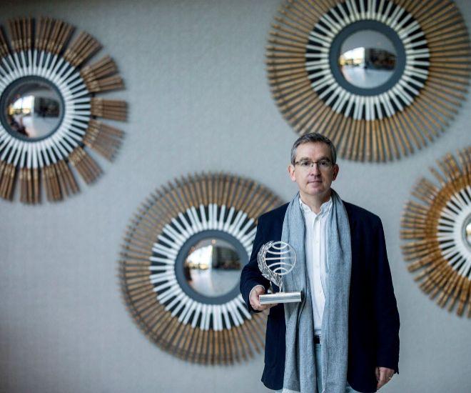 Santiago Posteguillo posa con su premio Planeta