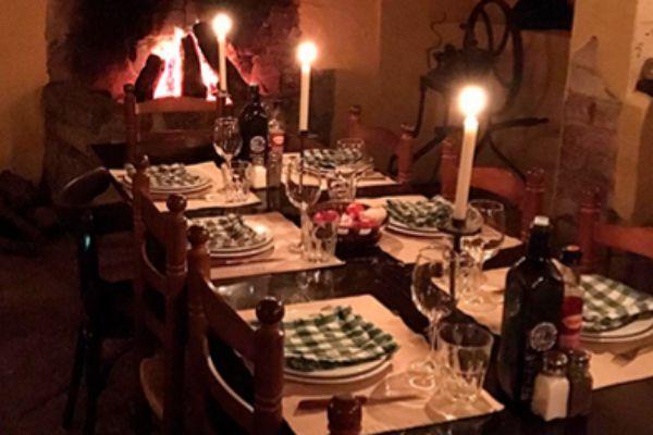 La cena se sirve en un comedor muy especial del restaurante Vinya Nova de Collbató.