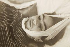 Frida Kahlo acostada en una cama y con la cabeza vendada (1940)