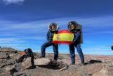 Natalia Larrea y Verónica Triviño posan con una bandera española en el desierto de Utah