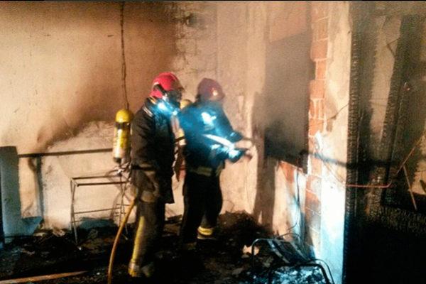 Actuación de los bomberos en un incendio de una vivienda de Sant Jordi.