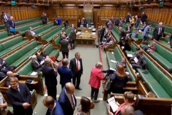 Miembros del Parlamento británico que se retiran de la cámara.