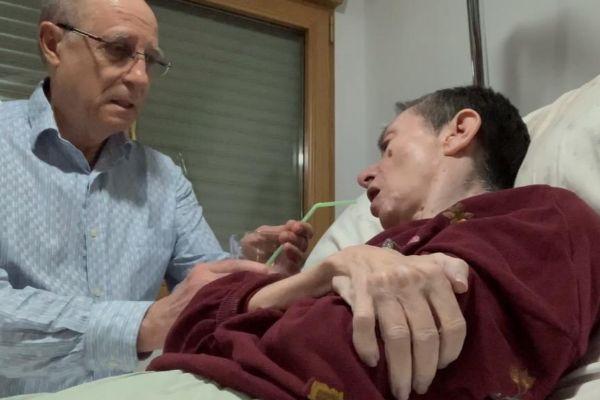 Momento del vídeo en el que Ángel Hernández facilita a su esposa,...