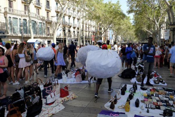Manteros instalados en la Rambla de Barcelona.