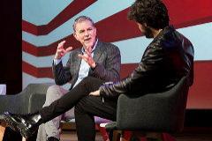 Reed Hastings charla con el actor Álvaro Morte, en la inauguración de la sede de Netflix en Madrid.