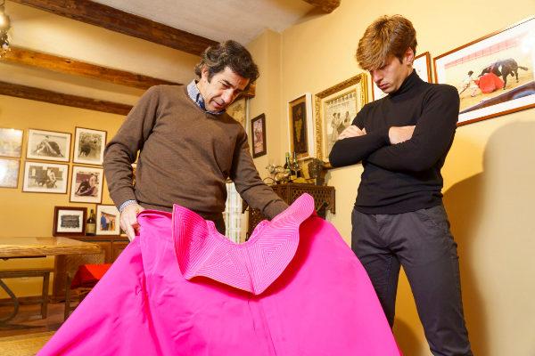 El maestro Juan Mora enseña a su sobrino Alejandro los secretos del toreo a la verónica en su casa de Las Rozas (Madrid).