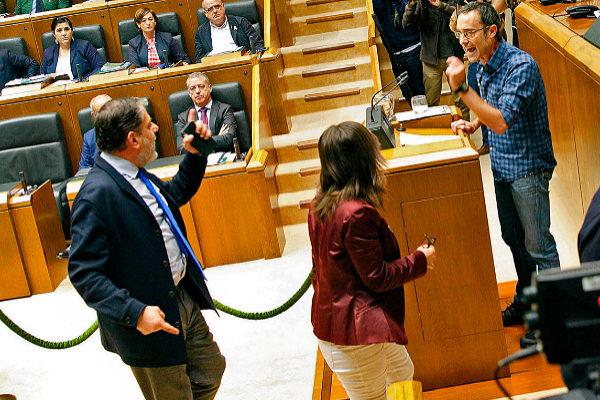 Diputados del PP increpan a Arsuaga tras insultar a las Fuerzas del Estado.