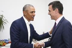 Barack Obama saluda al presidente, Pedro Sánchez, en la Cumbre Mundial del Turismo de Sevilla.
