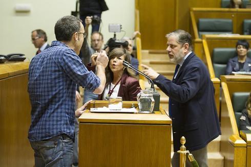 Julen Arzuaga de EH Bildu (izda) en el Parlamento Vasco durante el debate sobre el proyecto de ley para el reconocimiento de las víctimas de abusos cometidos por las fuerzas policiales