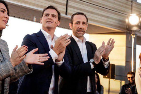 El líder de Ciudadanos, Albert Rivera, junto al ex presidente balear con el PP, José Ramón Bauzá, en un acto reciente en Cádiz.