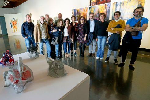 Javier Hergueta, cuarto derecha, junto a la regidora Dolores Padilla y los artistas que participan en la exposición de la Lonja que se inaugura este viernes.