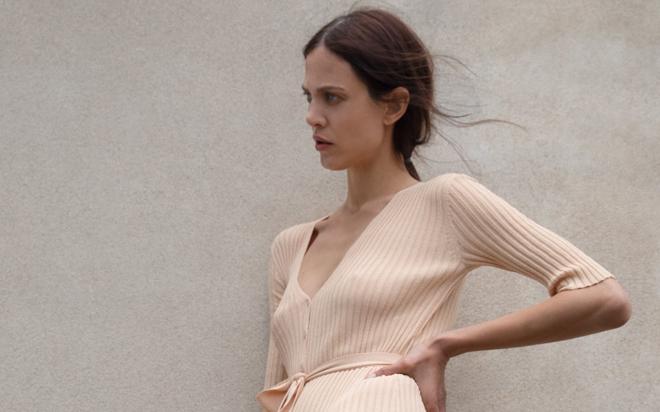 Zara tiene tres vestidos de punto que serán tu comodín para los looks de entretiempo