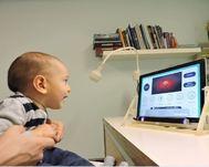 Un bebé somentiéndose al test de Dive